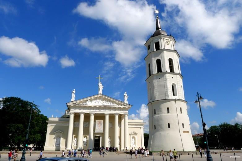 行程:早餐后参观伦达尔宫*** ,伦达尔宫(The Rundle Palace)是拉脱维亚最典型的巴洛克和洛可可风格建筑。它是库尔兰和瑟米利亚公国的君主Ernst Johann von Biron的夏宫。这座宫殿的内部和外部最大程度上保留了当时的建筑风格。宫殿里装饰奢华,摆满了不计其数的油画、雕刻、家具、挂毯、瓷器、玻璃、银器和许多其他文物。之后,前往位于立陶宛境内的十字架山,这里计有大大小小55000座十字架,每一个十字架背后常常都印证着一段故事,立陶宛历史上不少战争和革命都不同程度地保留在这些十字架上